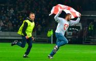 БАТЭ - «Арсенал»: Болельщик с бело-красно-белым флагом выбежал на поле