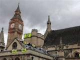 """Сорок активистов """"Гринпис"""" влезли на крышу британского парламента"""