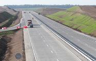Разметку на белорусских дорогах наносят прямо на ямы