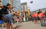 В Одессе активисты с облитыми красной краской мячами пикетировали посольство РФ
