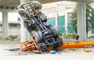 Видеофакт: В Бресте автокран упал с моста