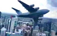 Видеофакт: Самолет летает по городу, маневрируя между зданиями
