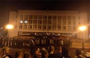 В Лиде протестующие забросали камнями милицейские машины