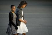 Обама с женой научат дочерей жить на минимальную зарплату