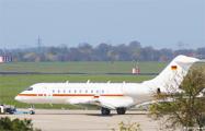 В самолет Меркель в немецком аэропорту врезался автомобиль