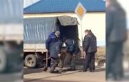 Видеофакт: В Столбцах рабочие укладывают асфальт сапогами