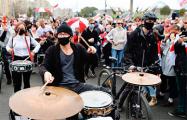Перформанс барабанщиков на Марше в Минске