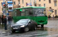 Видеофакт: Женщина на легковом авто остановила автобус с задержанными