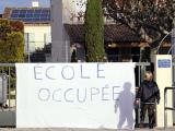 Во Франции возмущенные родители взяли в заложники учителей