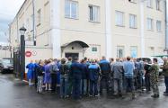 В Полоцке десятки рабочих поднялись на защиту своего завода