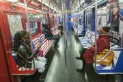 Рекламу со стилизованным гербом Третьего рейха убрали из метро Нью-Йорка