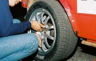 В Лидском районе неизвестный резал шины у неправильно припаркованных авто