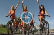 Как самые красивые девушки Минска делают утреннюю зарядку и катаются на велосипедах