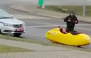 Фотофакт: В Дрогичине гаишник остановил немецкого путешественника на веломобиле