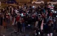 В Лебяжьем десятки человек поют песни под огромным национальным флагом