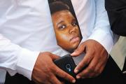 Семья убитого чернокожего подростка подаст в суд на власти Фергюсона