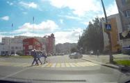 Видеофакт: Машина ГАИ не пропустила пешеходов