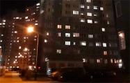 В Минске люди из окон скандируют «Жыве Беларусь!»