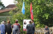 Фотофакт: Жители Слонима ставят свои подписи за представителя БНК Виктора Марчика