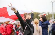 Колонна из десятков тысяч протестующих идет по Богдановича