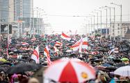 Возле Комаровского рынка в Минске сформировалась огромная колонна