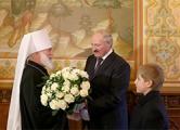 Лукашенко подарил митрополиту Павлу сервиз