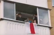 «Пераможам!»: Белорусская семья на балконе эффектно поддержалa Флешмоб солидарности