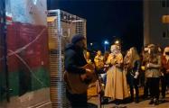 На «площади Перемен» выступает музыкант Сергей Башлыкевич