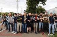 Фото дня: Белорусские мужчины плечом к плечу идут за свободой