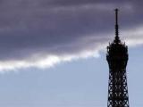 Девушка прыгнула с Эйфелевой башни