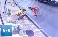 Видеофакт: В Стамбуле подросток поймал выпавшего из окна ребенка
