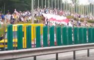 Машина с флагом «Погони» едет по кольцевой дороге