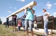 Активисты привезли кресты к ресторану возле Куропат