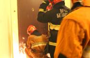 В Бресте неплательщика выселили, вскрыв дверь болгаркой