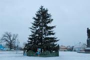Фотофакт: Главную елку Давид-Городка украсили детскими тапками и ведерками