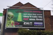 Англичан оскорбила реклама спортзала о похищающих самых толстых людей пришельцах