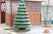 Фотофакт: Жители деревни Елка смастерили новогоднюю ель из бутылок