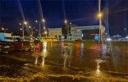 Возле гипермаркета Green в Чижовке затопило проезжую часть