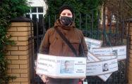 Беларусы ля консульства ў Беластоку: Будзем стаяць, пакуль хоць штосьці не зменіцца