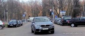 В Минске блондинка на BMW X5 припарковалась посреди дороги (Фото)
