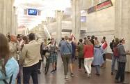 На станции метро «Октябрьская» люди скандируют «Жыве Беларусь!»