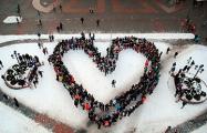 Гродненцы стали в огромную валентинку на центральной площади города