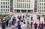 На площади Независимости люди обнимаются с омоновцами