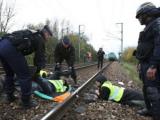 Во Франции экологи приковали себя к поезду со 123 тоннами ядерных отходов