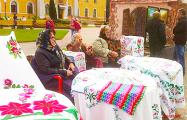 На празднике ремесел в Слуцке образовалась очередь за бесплатным хлебом