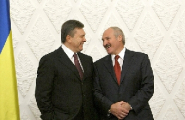 Лукашенко подарил Януковичу голову зубра (Фото)