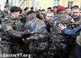 В День солидарности минский ОМОН избивает оппозицию и рвет флаги Евросоюза