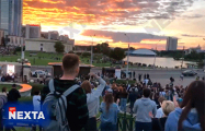 Сотни белорусов скандируют на Немиге «Жыве Беларусь!»