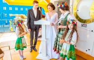 В Жодино белорусов поженили на БелАЗе