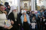 Митрополит Филарет помолился о детях Беларуси вместе с участниками благотворительной акции БРСМ